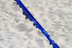 Voleibol de praia, futebol, de handball da corte fim acima e em detalhe com linha plástica azul marcador fotografia de stock