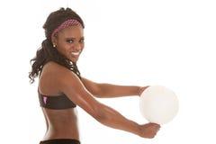 Voleibol del golpe del cierre de la mujer Fotografía de archivo