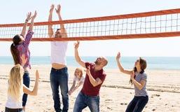Voleibol del juego de la gente en la playa Foto de archivo libre de regalías