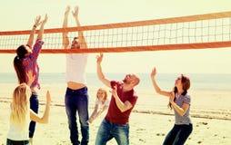 Voleibol del juego de la gente en la playa Fotos de archivo libres de regalías