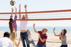 Voleibol del juego de la gente en la playa Fotografía de archivo