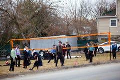 Voleibol do jogo das juventudes de Amish imagens de stock royalty free