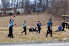 Voleibol do jogo dos meninos de Amish fotos de stock royalty free