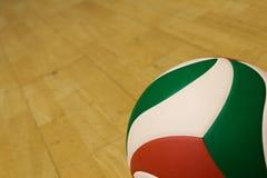 Voleibol em uma corte da ginástica fotografia de stock