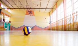 Voleibol en una gimnasia. Fotografía de archivo