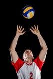 Voleibol que lanza del deportista mientras que juega Fotos de archivo