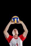 Voleibol que lanza del deportista mientras que juega Imágenes de archivo libres de regalías
