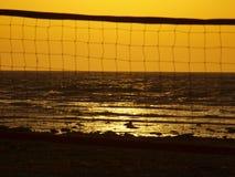 Voleibol y puesta del sol de playa Imagenes de archivo