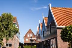 VOLENDAM, ΚΑΤΩ ΧΏΡΕΣ - 18 ΙΟΥΝΊΟΥ 2014: Παραδοσιακές σπίτια & οδοί στην πόλη Volendam, Κάτω Χώρες της Ολλανδίας Στοκ φωτογραφία με δικαίωμα ελεύθερης χρήσης