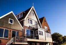 VOLENDAM, ΚΑΤΩ ΧΏΡΕΣ - 18 ΙΟΥΝΊΟΥ 2014: Παραδοσιακές σπίτια & οδοί στην πόλη Volendam, Κάτω Χώρες της Ολλανδίας Στοκ εικόνα με δικαίωμα ελεύθερης χρήσης