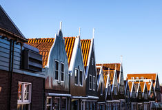 VOLENDAM, ΚΑΤΩ ΧΏΡΕΣ - 18 ΙΟΥΝΊΟΥ 2014: Παραδοσιακές σπίτια & οδοί στην πόλη Volendam, Κάτω Χώρες της Ολλανδίας Στοκ Φωτογραφία