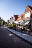 VOLENDAM, DIE NIEDERLANDE - 18. JUNI 2014: Traditionelle Häuser u. Straßen in Holland-Stadt Volendam, die Niederlande Stockfoto