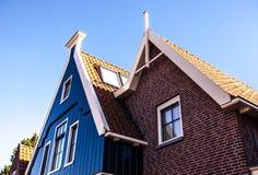 VOLENDAM, DIE NIEDERLANDE - 18. JUNI 2014: Traditionelle Häuser u. Straßen in Holland-Stadt Volendam, die Niederlande Lizenzfreie Stockbilder