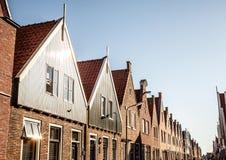 VOLENDAM, DIE NIEDERLANDE - 18. JUNI 2014: Traditionelle Häuser u. Straßen in Holland-Stadt Volendam, die Niederlande Lizenzfreies Stockbild
