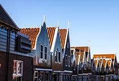 VOLENDAM, DIE NIEDERLANDE - 18. JUNI 2014: Traditionelle Häuser u. Straßen in Holland-Stadt Volendam, die Niederlande Stockfotografie