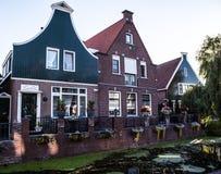 VOLENDAM, DIE NIEDERLANDE - 18. JUNI 2014: Traditionelle Häuser u. Straßen in Holland-Stadt Volendam, die Niederlande Stockbilder