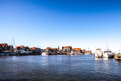 VOLENDAM NEDERLÄNDERNA - JUNI 18, 2014: Fartyg och seglar fartyg i den Volendam hamnen Royaltyfria Bilder