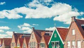 Volendam, Países Bajos Hogares clásicos alineados a lo largo de la calle de la ciudad imágenes de archivo libres de regalías