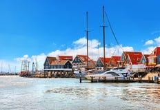 Volendam, Países Bajos Motora de alta velocidad por los muelles fotos de archivo libres de regalías