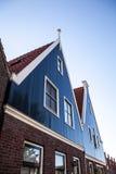 VOLENDAM, PAYS-BAS - 18 JUIN 2014 : Maisons et rues traditionnelles dans la ville Volendam, Pays-Bas de la Hollande Image libre de droits