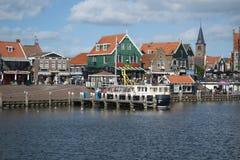 Volendam, vista das casas e de um rio imagem de stock