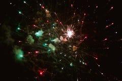 Voleo multicolor de fuegos artificiales Imagen de archivo libre de regalías