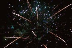 Voleo multicolor de fuegos artificiales Imagen de archivo