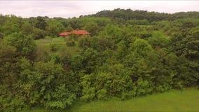 Voler à côté d'une maison dans la forêt clips vidéos