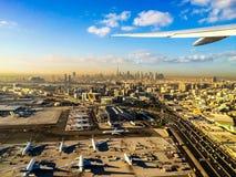 Voler à partir de Dubaï au lever de soleil Photo stock