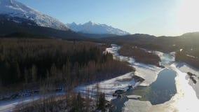Voler au-dessus d'une rivière congelée en Alaska banque de vidéos