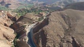 Voler au-dessus d'une rue près des gorges de Dadès au Maroc avec le bourdon d'en haut (aérien) banque de vidéos