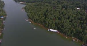 Voler au-dessus de l'appareil de photographie aérienne de belle rivière a tiré le panorama clips vidéos