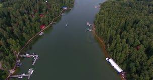 Voler au-dessus de l'appareil de photographie aérienne de belle rivière a tiré le panorama banque de vidéos