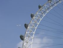 Voler au-dessus de l'oeil de Londres Image stock