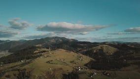 Voler au-dessus de la belle forêt de montagne en montagnes carpathiennes en automne les gens sur la montagne apprécient un ensole clips vidéos