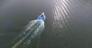 Voler au-dessus de la belle rivière avec le panorama de bateau banque de vidéos