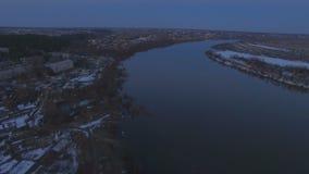 Voler au-dessus de la belle rivière dans les hautes eaux banque de vidéos