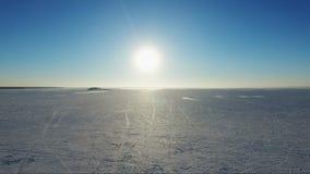 Voler au-dessus de la mer congelée Coucher du soleil sur la mer en hiver banque de vidéos