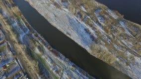 Voler au-dessus de la neige pour labourer le champ et la petite rivière clips vidéos