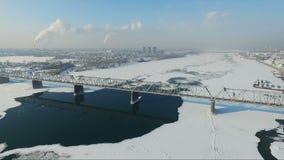 Voler au-dessus de la rivière congelée en hiver Passerelle au-dessus de fleuve banque de vidéos