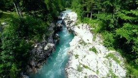 Voler au-dessus de la rivière de montagne clips vidéos