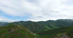 Voler au-dessus de la route dans les montagnes clips vidéos