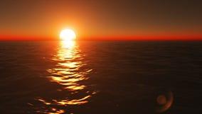 Voler au-dessus de la surface calme d'océan la soirée paisible d'été au beau coucher du soleil d'or et orange images stock