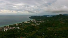 Voler au-dessus de la ville près de la plage à Phuket Images stock