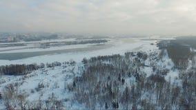Voler au-dessus de la ville Rivière de ville en hiver Passerelle au-dessus de fleuve clips vidéos