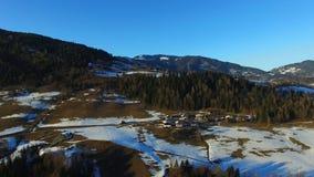 Voler au-dessus des alpes en Autriche Silhouette d'homme se recroquevillant d'affaires banque de vidéos