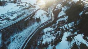 Voler au-dessus des alpes en Autriche Silhouette d'homme se recroquevillant d'affaires L'hiver banque de vidéos