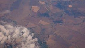 Voler au-dessus des champs et des rivières - vue de fenêtre d'avion clips vidéos