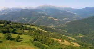 Voler au-dessus des montagnes et forêts avec des montagnes dans l'avant banque de vidéos