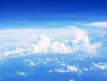 voler au-dessus des nuages dans l'avion Photo stock